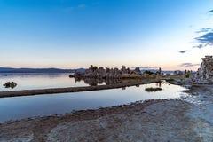 Vue de lac mono dans le ` s Sierra Nevada oriental de la Californie images stock