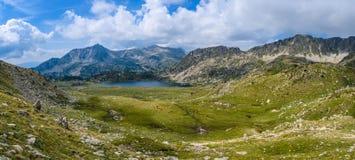 Vue de lac Montmalus d'une crête en Andorre Photos stock