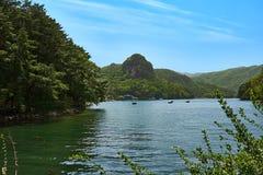 Vue de lac Sanjeong à Pocheon, Corée du Sud avec les montagnes, le ciel, et le lac Photos libres de droits