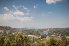 Vue de lac supérieure avec la forêt verte et le ciel bleu images libres de droits