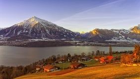 Vue de lac Thun dans le lever de soleil de matin d'hiver Photographie stock libre de droits
