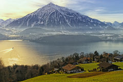 Vue de lac Thun en hiver Image libre de droits