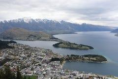 Vue de lac Wakatipu, les montagnes de Remarkables et de Queenstown Nouvelle-Zélande Images stock