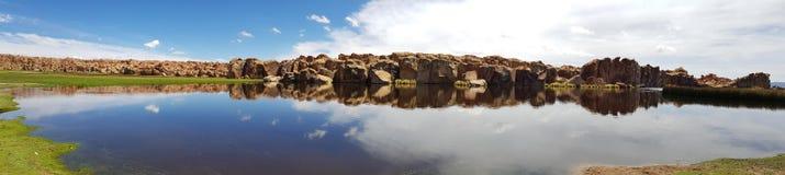 Vue de Laguna Negra et le paysage rocheux du plateau bolivien photos libres de droits
