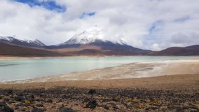 Vue de Laguna Verde et le volcan de Licancabur photo stock