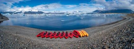 Vue de lagune de glacier avec des icebergs et des canoës rouges dans la rangée, Jokulsarlon, Islande, heure d'été image stock