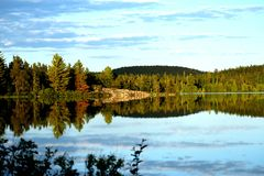 Vue de Lakeside le soir images stock