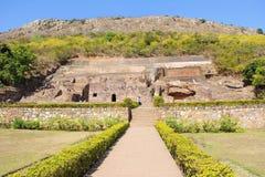 Vue de Lanscape des ruines découpées de bouddhiste sur la roche, Inde images stock
