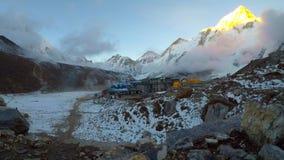 Vue de laps de temps de village de Gorak Shep au pied de montagnes Pumori, Nuptse et Everest clips vidéos