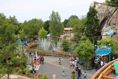 Vue de Les Espions de Cesar au-dessus des fontaines d'eau et attraction de Le Grand Splatch au parc Asterix, Ile de France, Franc Photographie stock