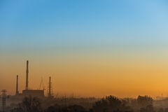 Vue de lever de soleil avec la puissance et l'usine de chaufferie Photographie stock libre de droits