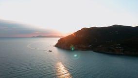 Vue de lever de soleil d'île de Skopelos en Grèce clips vidéos