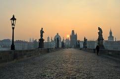 Vue de lever de soleil de passerelle de Charles, Prague Images libres de droits