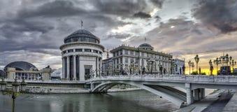 Vue de lever de soleil au centre de la ville de Skopje photos stock