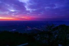 Vue de lever de soleil du mont Tai La lueur de matin du lever de soleil Les nuages augmentent, les nuages colorés au lever de sol photo stock
