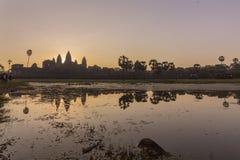 Vue de lever de soleil de temple antique réflexion complexe d'Angkor Vat et de lac, Siem Reap, Cambodge images stock