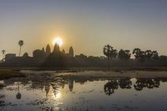Vue de lever de soleil de temple antique réflexion complexe d'Angkor Vat et de lac, Siem Reap, Cambodge photo libre de droits