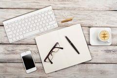 Vue de lieu de travail d'en haut : clavier, café, téléphone portable Photographie stock
