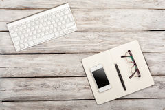 Vue de lieu de travail d'en haut : clavier, livre, téléphone portable, gla Photographie stock libre de droits