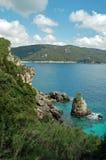 Vue de littoral de Cliffside sur l'île grecque Photographie stock
