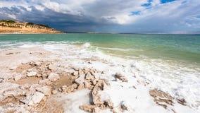Vue de littoral de mer morte dans le jour d'hiver ensoleillé Image stock