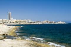 Vue de littoral de pierre à chaux des julians Malte de rue Photographie stock libre de droits