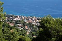 Vue de littoral de ville des montagnes Image stock