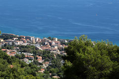 Vue de littoral de ville des montagnes Images libres de droits