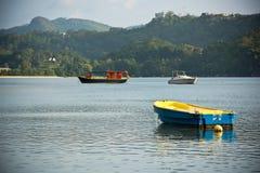 Vue de littoral des Seychelles avec bateaux sur un premier plan Images stock
