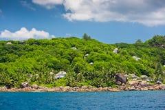 Vue de littoral des Seychelles avec des maisons dans la forêt Photo libre de droits