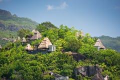Vue de littoral des Seychelles avec des maisons dans la forêt Photographie stock libre de droits