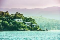 Vue de littoral des Seychelles avec des maisons dans la forêt Image stock
