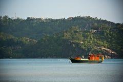 Vue de littoral des Seychelles avec un bateau sur un premier plan Images stock