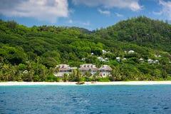 Vue de littoral des Seychelles avec une maison dans la forêt Image stock