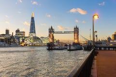 Vue de Londres au coucher du soleil avec le pont de tour et les bâtiments modernes Image stock