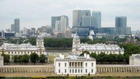 Vue de Londres de Greenwich avec le contexte des palais jaunes canari modernes de quai Image libre de droits
