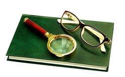 Vue de loupe en verre pour voir un livre de lecture d'augmentation s Images libres de droits