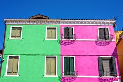 Vue de lumière du jour à la menthe colorée complémentaire et au bâtiment rose image libre de droits