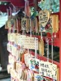 Vue de lumière du jour aux souvenirs en bois de signes de salutations japonaises pour s Photographie stock