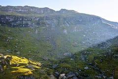 Vue de lumière du jour pour exposer au soleil briller sur une partie de montagne Images stock