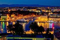 Vue de luxe de nuit de marina de yacht de Zadar photographie stock