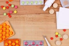 Vue de médicament et d'accessoires pour le traitement des froids, de la grippe et de liquide Images libres de droits