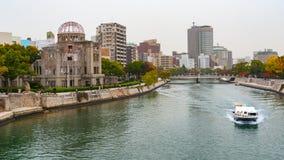Vue de mémorial et de parc de paix d'Hiroshima de pont d'Aioi Photos libres de droits