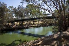 Vue de Maali Bridge à travers la rivière de cygne dans le cygne Va d'Australie occidentale Image stock