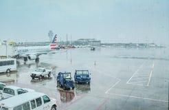 Vue de macadam de LaGuardia un jour pluvieux de l'intérieur du terminal d'aéroport Photo stock