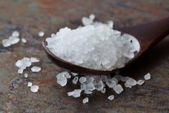 Vue de macro de condiment de sel de mer Conservateur minéral naturel d'assaisonnement, cristal blanc salin de chlorure de sodium  photo stock