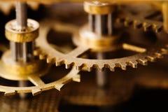 Vue de macro de transmission de dent de bronze d'outillage industriel Mécanisme âgé de dents de roue de vitesse en métal, champ d Image stock