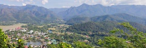 Vue de Mae Hong Son avec la nature de paysage de montagne Image stock