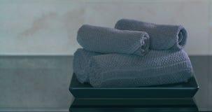 Vue de main de femme mettant sur des rouleaux de plat de serviettes banque de vidéos