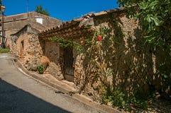 Vue de maison dans l'allée avec le ciel bleu ensoleillé en Sillans-La-cascade Image libre de droits